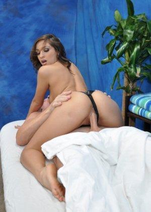 Брюнетка с волнистыми волосами садиться на пенис клиента и делает вагинальную гимнастику - фото 13