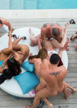 Красотка Анисса Кейт приняла участие в групповой оргии возле бассейна, перееблись все и со всеми - фото 6