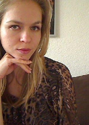 Милая блондинка знает, какую позу надо принять, чтобы выглядеть сексуально и возбудить мужчину - фото 30