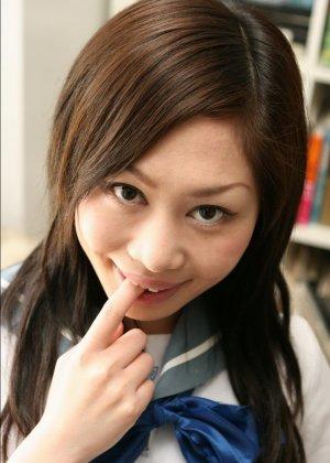 Азиатская студентка приподнимает свою короткую юбочку, чтобы показать волосатую пизденку - фото 3