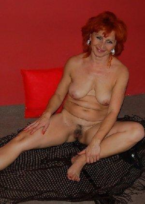 Зрелая женщина без стеснения раздевается и показывает свое тело, за которым она любит ухаживать - фото 11