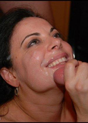 Грязная сучка обожает, когда ей кончают на лицо, и дожидается, пока ее всё лицо оказывается в сперме - фото 6