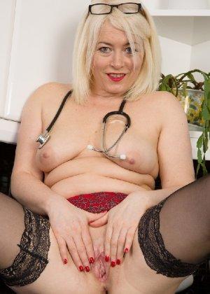 Британская развратница в зрелом возрасте Эмбер Джевел хорошо сохранилась и с удовольствием показывает свою фигуру - фото 7