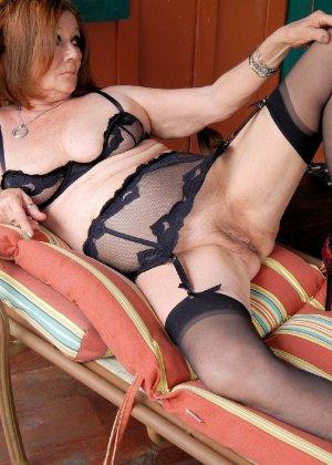 Женщина в возрасте и пышном теле очень хочет секса, поэтому пользуется разными секс-игрушками - фото 6