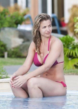 Озабоченный сосед наблюдает за соблазнительной Геммой Аткинсон в то время, когда она расслабляется у бассейна - фото 3