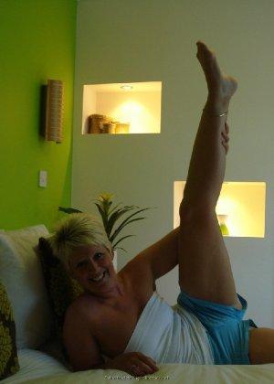 Опытная женщина знает, как привлечь мужчину, тем более ее хорошее тело позволяет хвастаться - фото 11