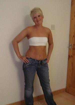 Опытная женщина знает, как привлечь мужчину, тем более ее хорошее тело позволяет хвастаться - фото 25