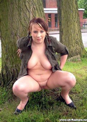 Телка не скрываясь, мочится у дерева, широко разведя ноги, чтобы получше было видно все подробности - фото 12