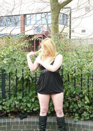 Смелая телочка София не носит белья и даже готова обнажиться в городском парке посреди дня - фото 9