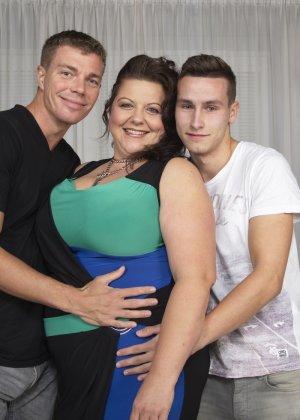 Толстая женщина оказывается в компании двух красивых молодых людей, которые проявляют интерес к ее телу - фото 4