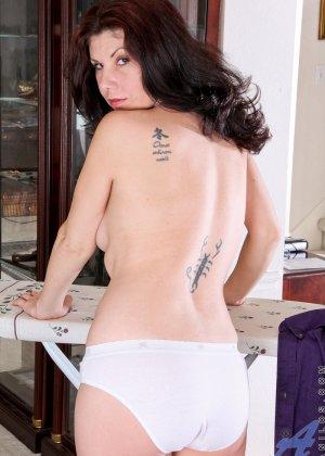 Грудастая жена с интимной стрижкой мастурбирует промежность перед камерой - фото 7