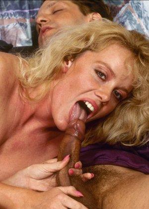 Ретро снимки, на которых две блондинки ублажают трех самцов, стараясь каждому доставить удовольствие - фото 4