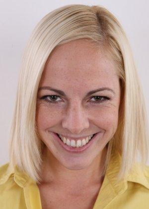 Улыбчивой блондинке приходится снять все, чтоб показать, что она достойна желаемой работы - фото 2