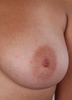 Полненькая задница зрелой телки и ее бритая киска с тонкими половыми губами - фото 8