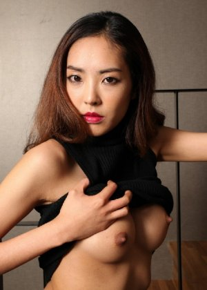 Азиатка постепенно освобождается от одежды и остается совсем обнажена, показывая стройное тело - фото 43