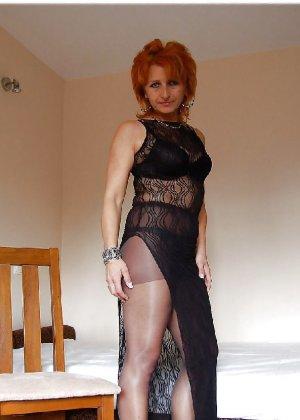 Зрелая женщина без стеснения раздевается и показывает свое тело, за которым она любит ухаживать - фото 3