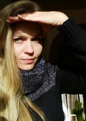 Милая блондинка знает, какую позу надо принять, чтобы выглядеть сексуально и возбудить мужчину - фото 27