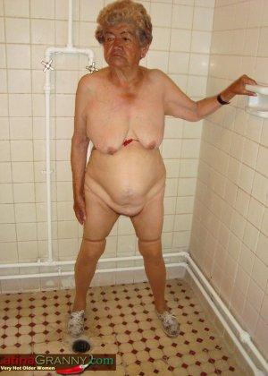 Пожилая Омма Пасс позирует обнаженной в душе - фото 1