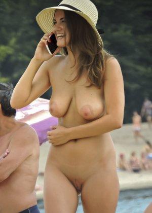 Развратница загорает голышом и словно не замечает, что ее фотографирует незнакомец - фото 3