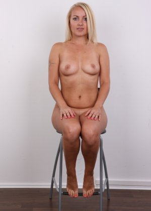 Блонда с рисунком бабочки на спине имеет неплохие формы, ее пизденка тоже весьма неплоха - фото 15