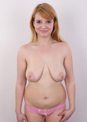 Рыжеволосая девушка оказывается не из стеснительных и показывает свое обнаженное тело - фото 8
