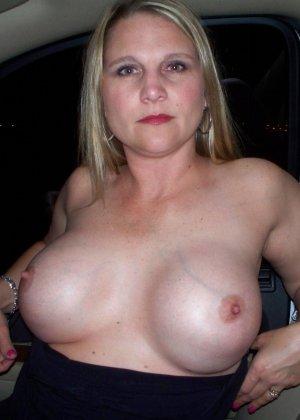Девушки не стесняются ехать за рулем и на пассажирском сиденье с голой грудью – им есть, что показать - фото 10