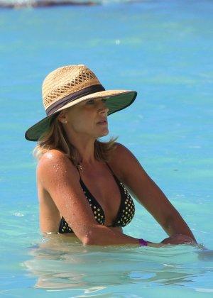 Джули Бенц засняи на пляже, когда она купалась в море, затем вышла обсыхать на берег в своем бикини - фото 6