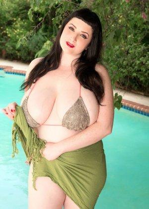 Дженна Валентина показывает свою пышную фигуру невероятных объемов, плескаясь в бассейне - фото 6