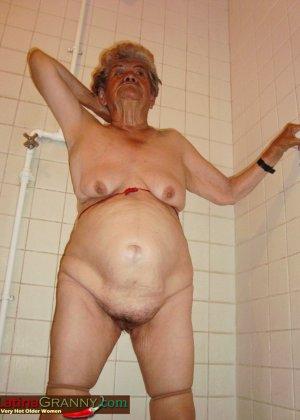 Пожилая Омма Пасс позирует обнаженной в душе - фото 4
