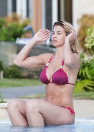 Озабоченный сосед наблюдает за соблазнительной Геммой Аткинсон в то время, когда она расслабляется у бассейна - фото 4