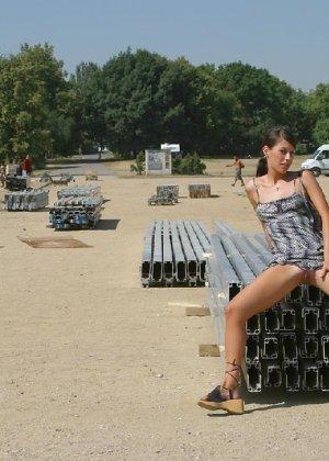 Тина обожает обнажаться на улицах города, в публичных местах, при этом шокируя прохожих своей откровенностью - фото 37