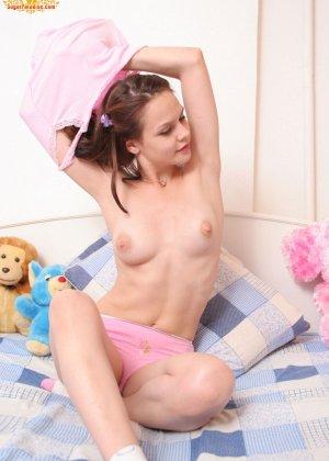 Красивая девушка все еще спит с мягкими игрушками, хотя наверняка, под подушкой к нее имеются и другие - фото 6