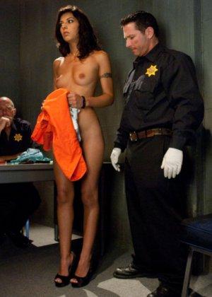 Допрос заканчивается диким поревом в камере, женщине скручивают руки и ебут а анал и вагину - фото 4