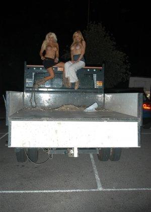 Сексуальные блондинки очень уверены в себе, поэтому не стесняются обнажаться на улице около машины - фото 13