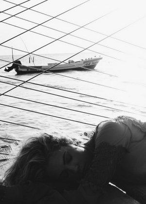 Эшли Бенсон просто обожает море, свежий морской воздух ее невероятно возбуждает - фото 7