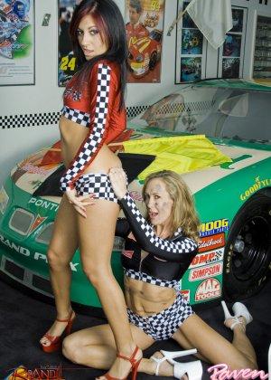 Брэнди Лав и Рэйвен Рили позируют на фоне красивой машины, а затем показывают красивые лесби-ласки - фото 5