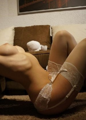 Милая блондинка знает, какую позу надо принять, чтобы выглядеть сексуально и возбудить мужчину - фото 14