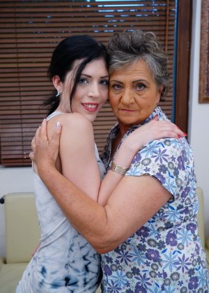 Бабуля лижет попку своей молодой соседке и целует ее груди, ведь она такая симпатичная девушка - фото 1