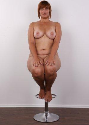 Полненькая задница зрелой телки и ее бритая киска с тонкими половыми губами - фото 13