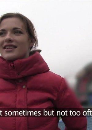 Изабелла показывает все самые интимные зоны прямо на улице и даже делает минет случайному прохожему - фото 5
