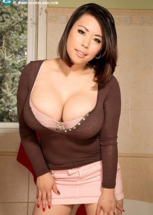 Тигерр Бэнсон – азиатка с огромную грудью, которую она всегда старается подчеркнуть с помощью одежды - фото 1