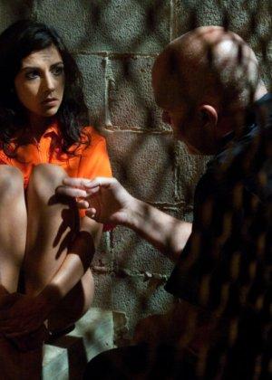 Допрос заканчивается диким поревом в камере, женщине скручивают руки и ебут а анал и вагину - фото 7
