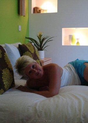 Опытная женщина знает, как привлечь мужчину, тем более ее хорошее тело позволяет хвастаться - фото 13
