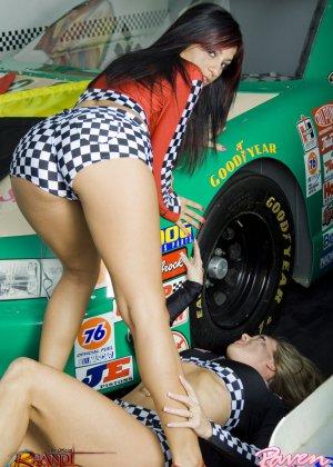 Брэнди Лав и Рэйвен Рили позируют на фоне красивой машины, а затем показывают красивые лесби-ласки - фото 1