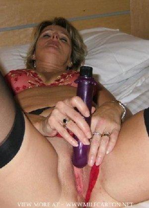 Горячие опытные дамочки мастурбируют с помощью разных вибраторов и фаллосом, при этом получая коллосальное удовольствие - фото 22