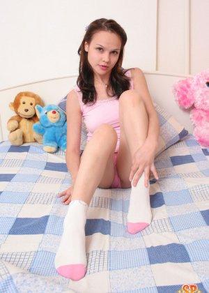 Красивая девушка все еще спит с мягкими игрушками, хотя наверняка, под подушкой к нее имеются и другие - фото 3