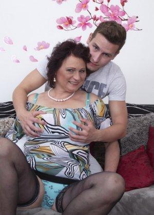 Зрелая женщина разрешает себя облапать молодому человеку и проявляет интерес к его члену - фото 9