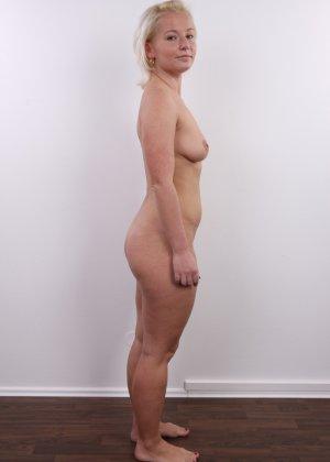 Голенькая пизденка с выпирающим клитором у невысокой блонды - фото 11