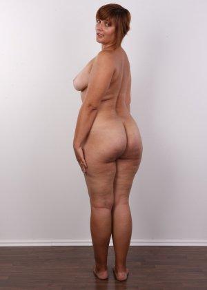 Полненькая задница зрелой телки и ее бритая киска с тонкими половыми губами - фото 11