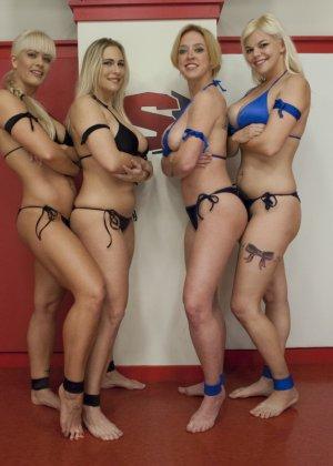 Крупные спортивные девчонки занимаются офигенным спортом на публике, еще и трахая друг другу пизденки - фото 6